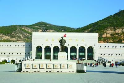 陜西延安,觀眾在延安革命紀念館參觀.jpg